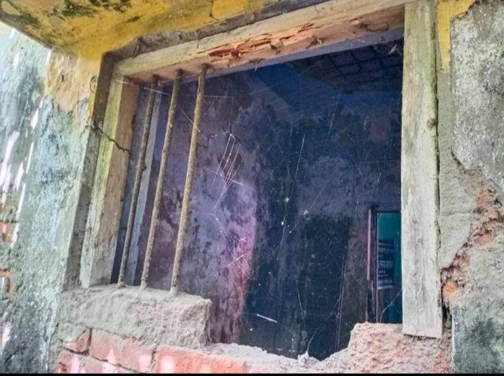 খুলনার দিঘলিয়া প্রেস ক্লাবের জানালার গ্রিল ভেঙ্গে চুরি